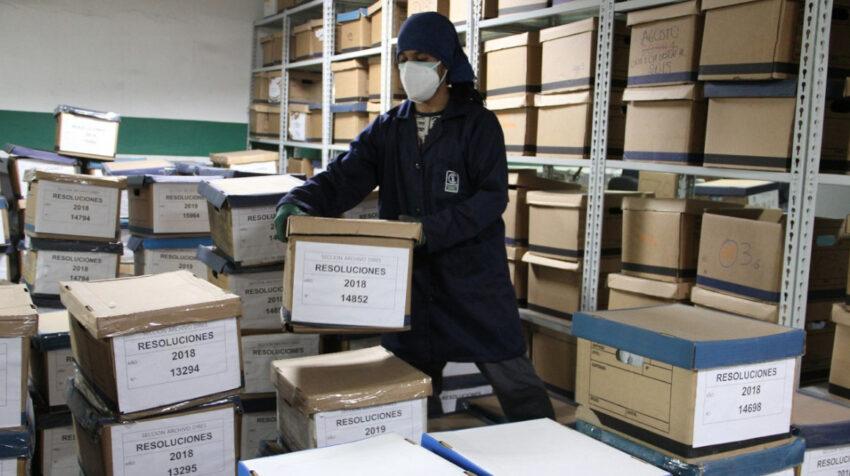 Personal de la Contraloría trabaja en la recuperación de documentos afectados en el incendio de octubre de 2019.