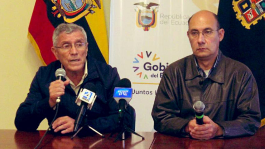 Fausto Cobo, titular del SNAI, junto a Oswaldo Coronel, gobernador de Cotopaxi, el 23 de julio de 2021.