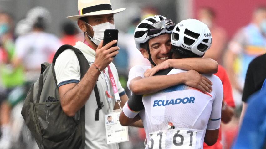 Los ciclistas ecuatorianos Richard Carapaz y Jhonatan Narváez se abrazan tras la victoria del carchense en la competencia.