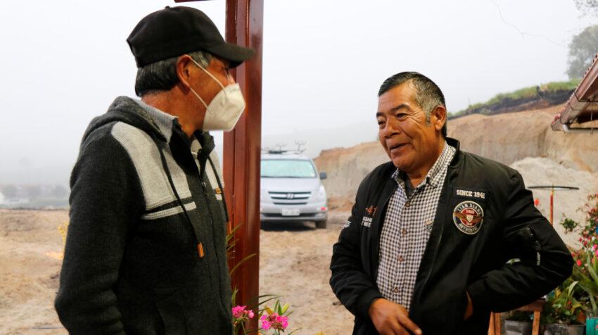 El padre de Richard Carapaz conversa con un vecino en El Carmelo, el sábado 24 de julio de 2021.