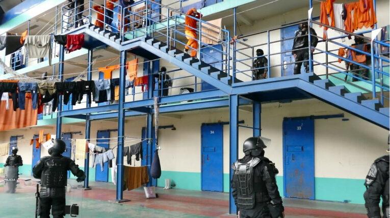 Imagen del registro y operativo policial y militar al interior de la cárcel de Cotopaxi, el 24 de julio de 2021.