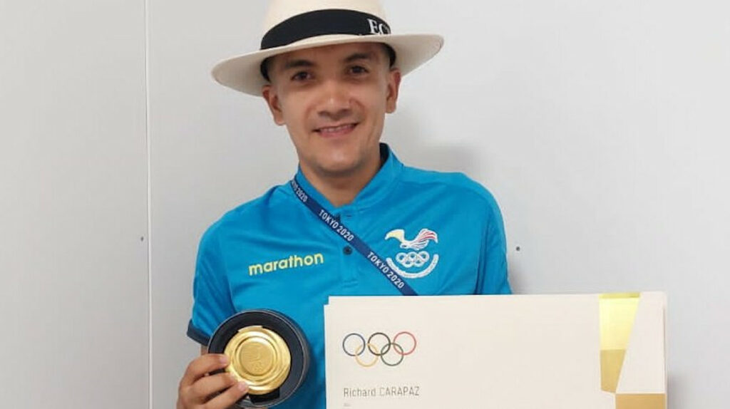 Carapaz recibe el diploma y la caja de la medalla olímpica en Tokio