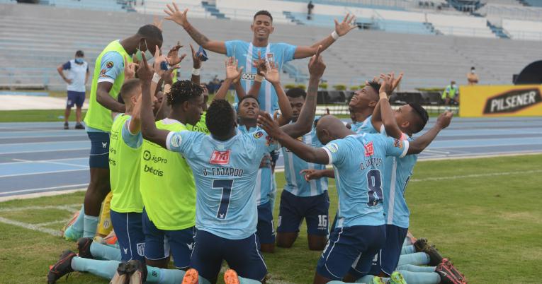 Los jugadores del 9 de Octubre festejan uno de los goles frente al club capitalino.