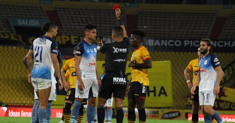El árbitro Argenis Moreira expulsa a Argenis Moreira, el Manta, en el encuentro frente a Barcelona, el domingo 25 de julio de 2021.