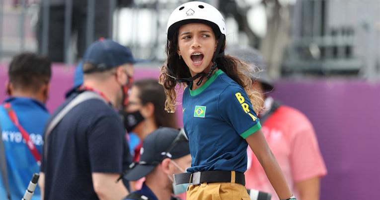 Rayssa Leal de Brasil, durante la competencia de skate femenino en Tokio 2020, el 26 de julio de 2021.