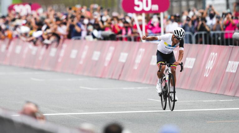 Richard Carapaz, cruzando la meta de la carrera de ciclismo de ruta, el sábado 24 de julio.