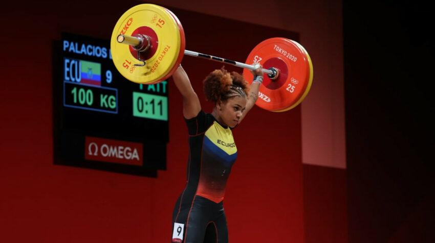 Angie Palacios levanta 100 kilogramos en su primer intento de la modalidad arranque, en los Juegos Olímpicos de Tokio, el 27 de julio de 2021.