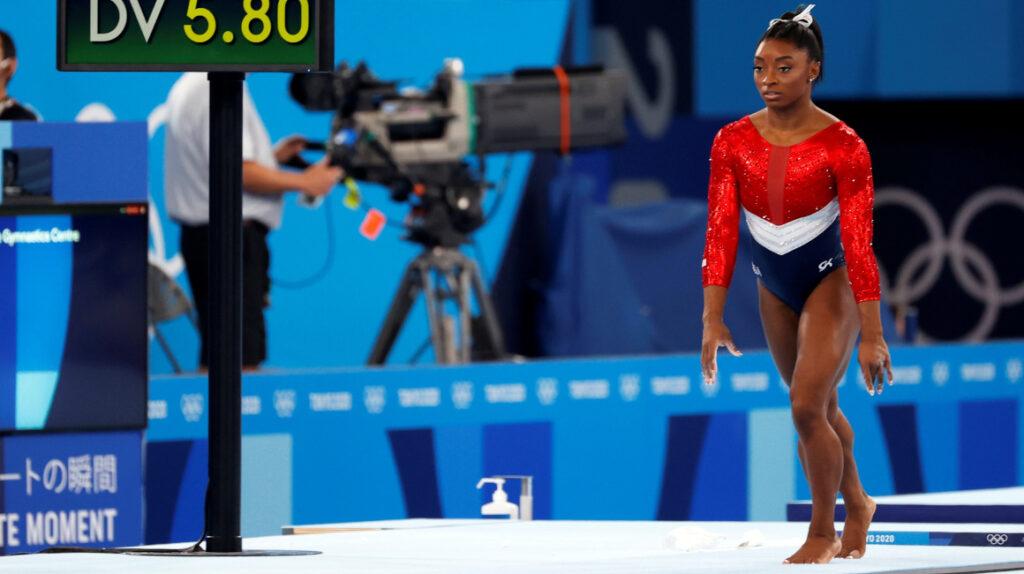 Simone Biles abandona la prueba de gimnasia por equipos en Tokio