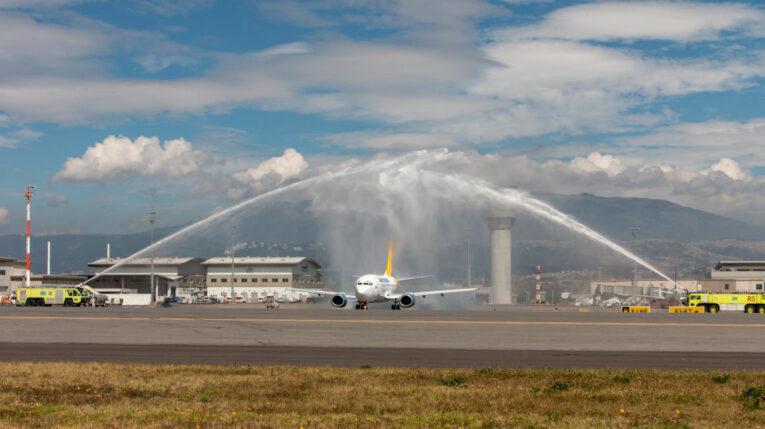 Un avión de Aeroregional en el Aeropuerto Internacional Mariscal Sucre en Quito, el 27 de julio de 2021.