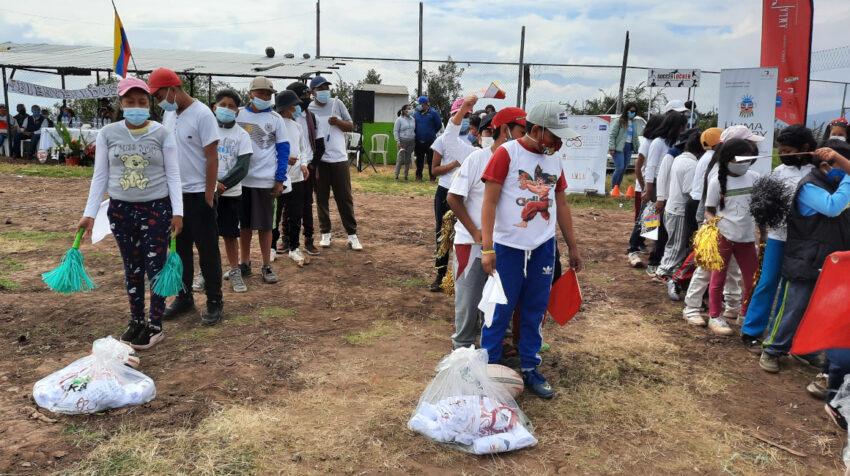Niños de la comunidad de San Francisco de Miravalle recibiendo sus uniformes.