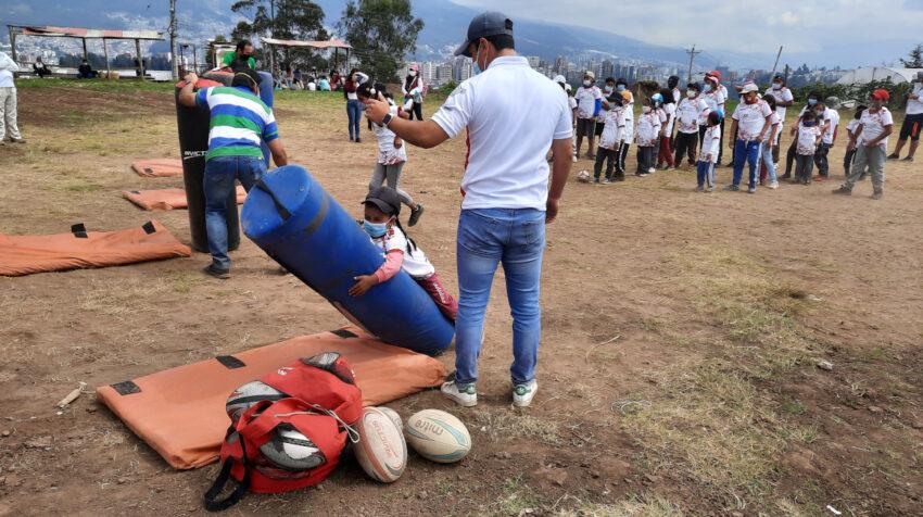 Niños de la comunidad de San Francisco de Miravalle practicando ejercicios de rugby.