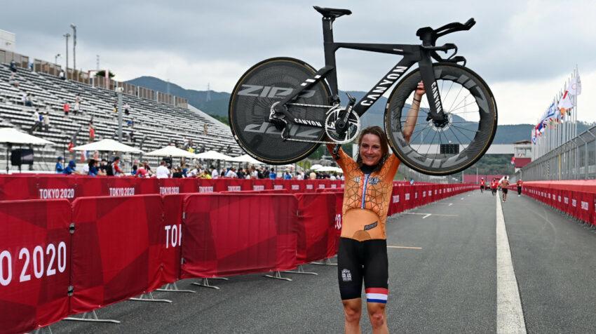 Annemiek van Vleuten levanta su bicicleta tras ganar la medalla olímpica de oro en el ciclismo de ruta femenino.
