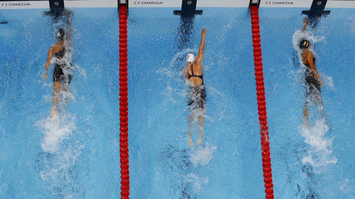 Anicka Delgado (derecha), durante su participación en los 100 metros libres en los Juegos Olímpicos de Tokio, el 28 de julio de 2021.