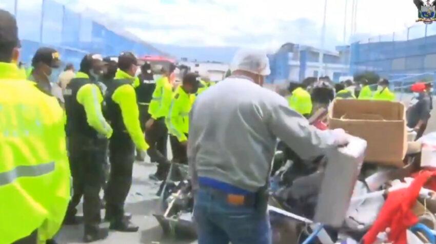 Agentes de la Policía verifican los destrozos en la cárcel de Latacunga. ocurrida el 21 de julio de 2021.