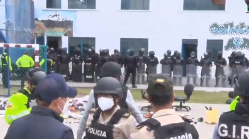 La Policía puso en el patio de la cárcel de Latacunga el inmueble dañado en el motín del 21 de julio de 2021.