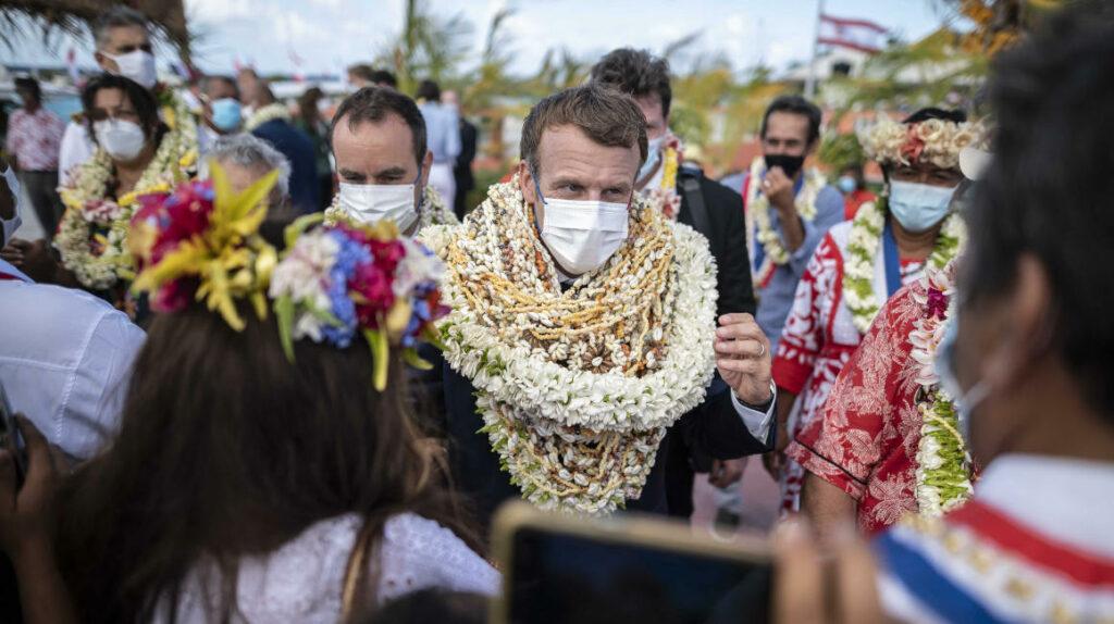 Qué rollo floral en la Polinesia: Macron sale convertido en meme