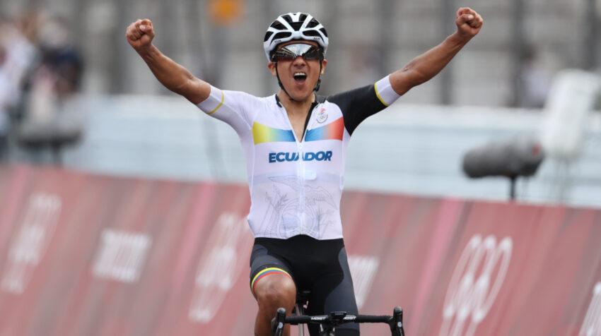 El carchense Richard Carapaz festeja su victoria en los Juegos Olímpicos de Tokio, donde se llevó la medalla de oro, el sábado 24 de julio de 2021.