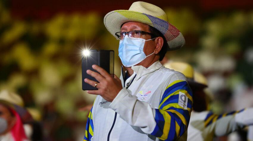Oswaldo Hidalgo, presidente de la Federación Ecuatoriana de Ciclismo, durante la ceremonia de inauguración de los Juegos Olímpicos de Tokio, el 23 de julio de 2021.