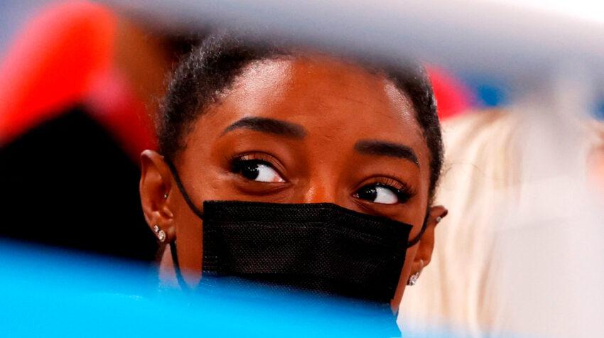 Simone Biles observó la final de gimnasia artística por equipos desde el graderío, el 29 de julio de 2021.