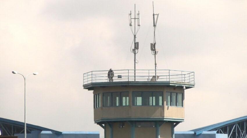 Una de las torres de la cárcel de Latacunga con antenas inhibidoras para señal de telefonía celular.
