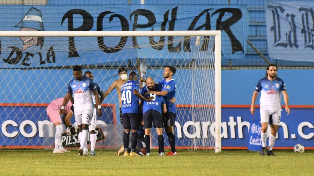 U. Católica derrota al Manta con un gol de Walter Chalá