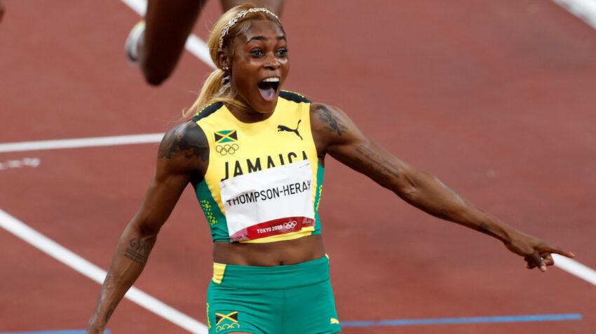 La jamaicana Elaine Thompson-Herah festeja tras ganar el oro en los 100 metros planos en Tokio, el 31 de julio de 2021.