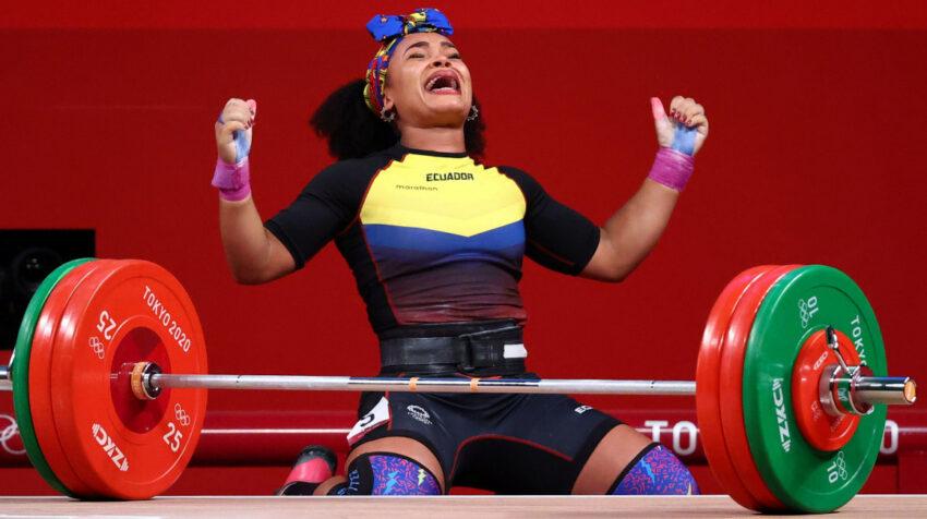 Neisi Dajomes festeja su levantamiento de 145 kilogramos en los Juegos de Tokio, el 1 de agosto de 2021.