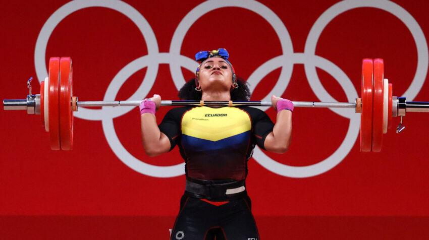 Neisi Dajomes en acción en la modalidad envión, en los Juegos Olímpicos de Tokio, el 1 de agosto de 2021.
