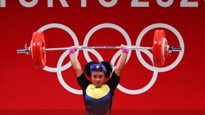 Neisi Dajomes completa un levantamiento en los Juegos Olímpicos 2021, el 1 de agosto.