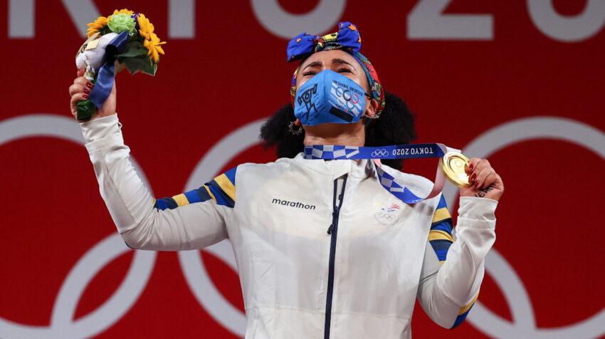 Neisi Dajomes llora al recibir la medalla de oro en los Juegos de Tokio, el 1 de agosto de 2021.