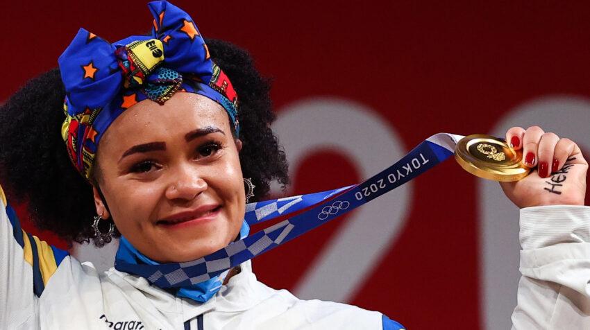 Neisi Dajomes posa con su medalla de oro conseguida en Tokio 2021, el 1 de agosto.