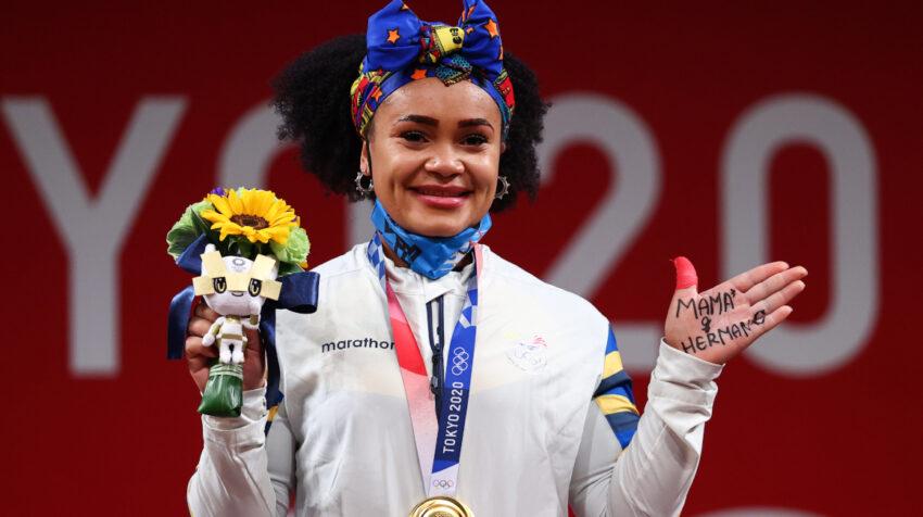 Neisi Dajomes celebra su victoria en levantamiento de pesas en los Juegos Olímpicos de Tokio, el 1 de agosto de 2021.