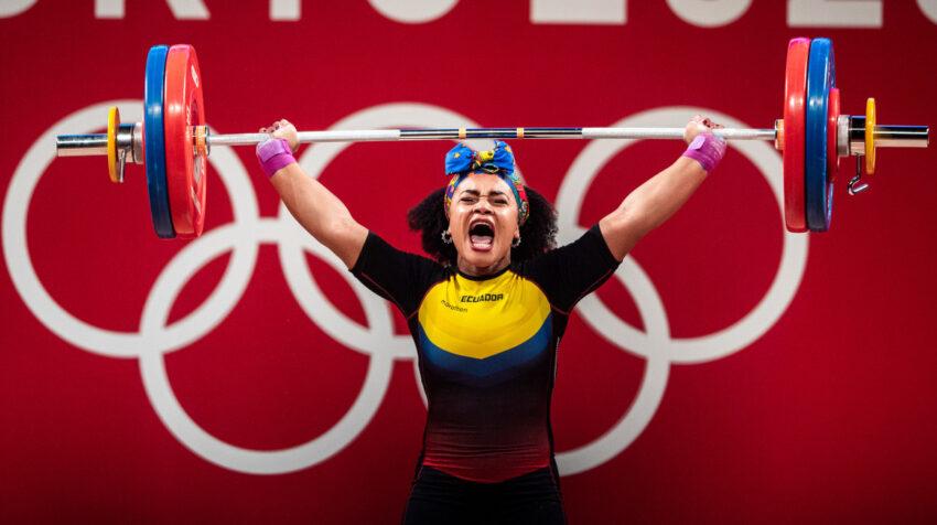 La atleta ecuatoriana levanta 145 kilogramos en los Juegos Olímpicos de Tokio, el domingo 1 de agosto de 2021.