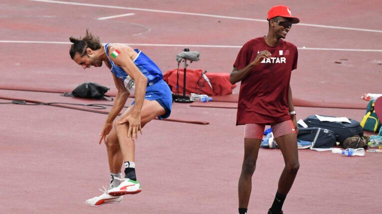 Essa Barshim (der) y Gianmarco Tamberi celebran su medalla de oro compartida en Tokio, el 1 de agosto de 2021.