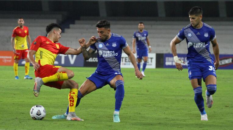El futbolista de Emelec, Joao Rojas, disputa un balón en el partido ante Aucas, en Guayaquil, el 1 de agosto de 2021.