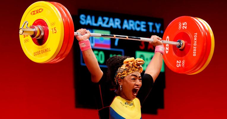 Tamara Salazar de Ecuador en su participación de los 87kg halterofilia por los Juegos Olímpicos de Tokio.