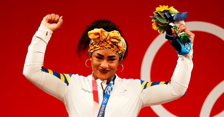 Tamara Salazar, con su medalla de plata sobre el cuello, levanta los brazos y festeja su logro en Tokio.