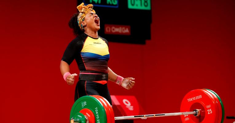 Tamara Salazar celebra la obtención de la medalla de plata en los 87 kg. femenino de halterofilia.