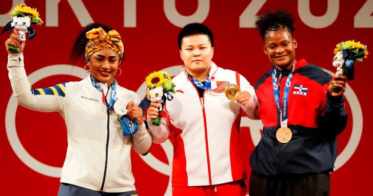 La medallista de plata Tamara Salazar junto a Wang Zhouyu de China (oro) y  Crismery Santana de República Dominicana  (bronce) posan en el podio.