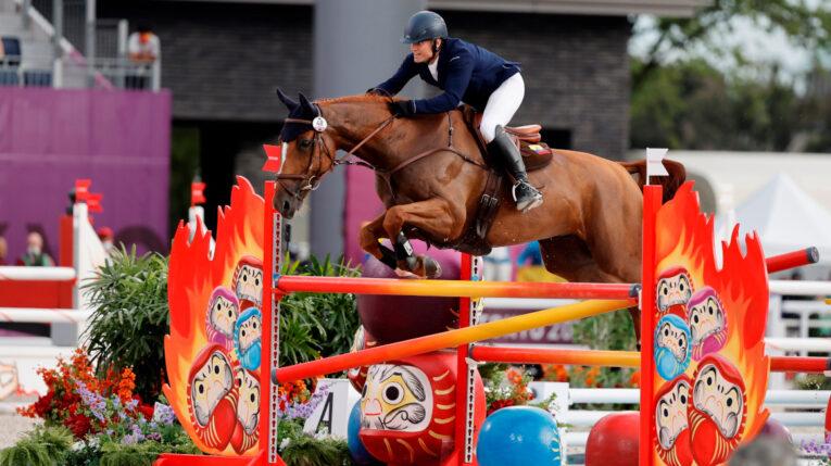 El ecuatoriano Nicolás Wettstein compite en la prueba de salto de obstáculos del concurso completo individual de Equitación durante los Juegos Olímpicos, el lunes 2 de agosto de 2021.
