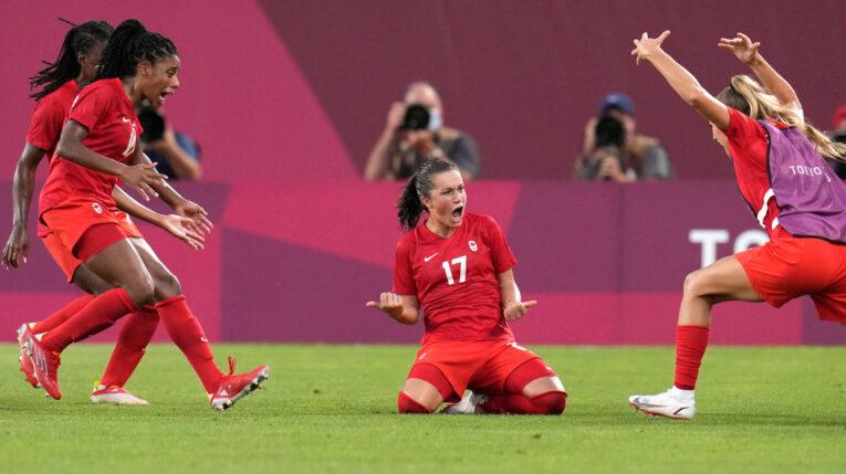 Las jugadoras de la selección de Canadá celebran el gol de Jessie Fleming, en la semifinal frente a Estados Unidos.