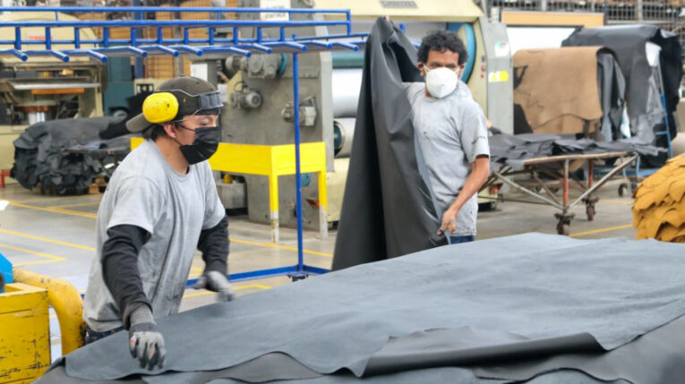 Trabajadores en una planta de procesamiento y comercialización de cuero, en Tungurahua, el 30 de junio de 2021.