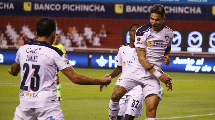 Los futbolistas de Liga celebran uno de los goles ante Olmedo, en Quito, el lunes 2 de agosto de 2021.