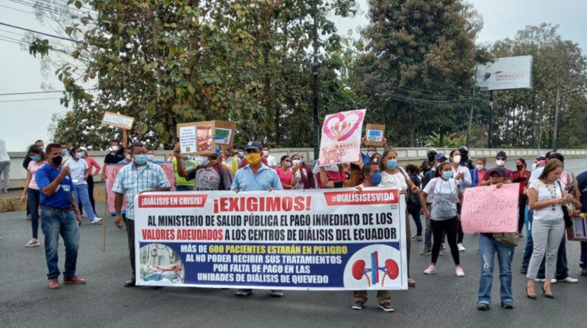 Dueños de centros de diálisis, pacientes renales y sus familiares protestan en Quevedo, Los Ríos.
