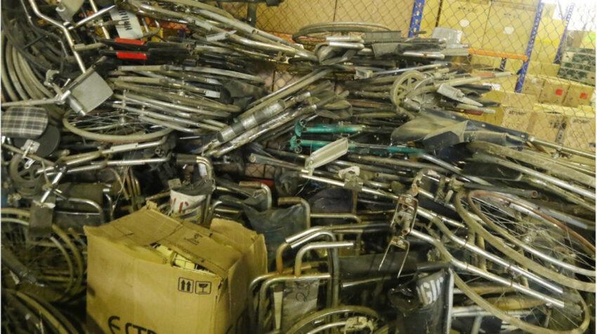 Varias sillas de ruedas están apiladas en la bodega del Teodoro Maldonado Carbo, de Guayaquil.