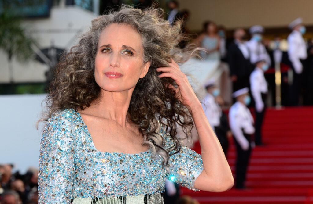 Una canita al aire: la moda de las cabelleras sin tinte se vuelve viral