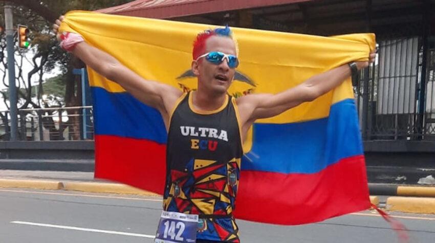 Ronald Insuaste, durante su media maratón 142, en Guayaquil, el 26 de julio de 2021.
