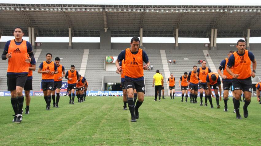 Los árbitros ecuatorianos entrenan durante un curso de FIFA, en Guayaquil, el 15 de junio de 2021.