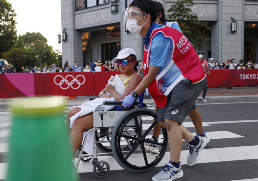Glenda Morejón es retirada en silla de ruedas, después de abandonar la prueba de los 20 kilómetros marcha, en los Juegos Olímpicos de Tokio, el viernes 6 de agosto de 2021.