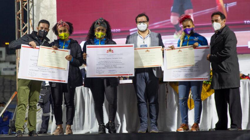 Neisi Dajomes, Tamara Salazar y Angie Palacios recibieron becas por la USFQ.